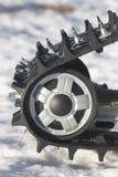 Snowmobile-Spur gegen Schnee Stockfotografie