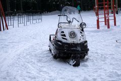 Snowmobile sur le blanc Véhicule tout-terrain Véhicule moderne de neige avec les skis avant Souffleuse de neige avec une combusti photos libres de droits