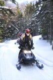 Snowmobilers ritt på en slinga på Bald berget, Rangeley, Maine Royaltyfria Bilder
