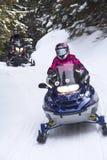 Snowmobilers ritt på en slinga på Bald berget, Rangeley, Maine Arkivbild