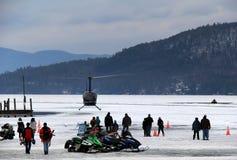 Snowmobiles i helikopter jadą na Jeziornym George, podczas Winterfest, Jeziorny George Nowy Jork, Luty 2nd, 2014 Zdjęcie Royalty Free