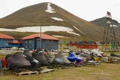 Snowmobiles parkowali outside dla krótkiego arktycznego lata w Longyearbyen, Norwegia Zdjęcie Stock
