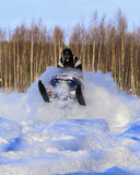 Snowmobiling στη βαθιά σκόνη και άλμα Στοκ εικόνα με δικαίωμα ελεύθερης χρήσης