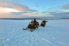 Snowmobiling bij zonsopgangzonsondergang in Lapland, Finland Stock Afbeeldingen