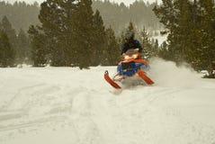 Snowmobiling dans les grandes montagnes de klaxon du Wyoming Photo stock
