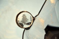 Snowmobiling i en vinterunderland Arkivbilder