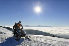 Snowmobiling in montagne Immagini Stock Libere da Diritti