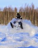 Snowmobiling no pó profundo e salto Imagem de Stock Royalty Free