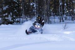 Snowmobiling w głębokim proszku Obraz Stock
