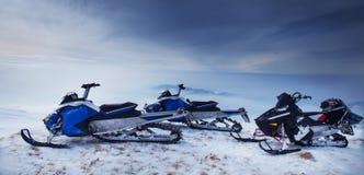 Snowmoblies στο όμορφο τοπίο χιονιού Στοκ φωτογραφία με δικαίωμα ελεύθερης χρήσης