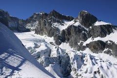 Snowmountain snöberg under blå himmel Fotografering för Bildbyråer