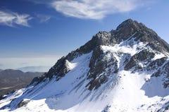 Snowmountain snöberg under blå himmel Arkivfoto