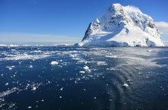 Snowmountans i Antarktis Arkivfoton