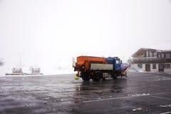 Snowploughs οργώνοντας χιόνι μηχανημάτων στο έδαφος στο σταθμό τελεφερίκ Στοκ Φωτογραφίες
