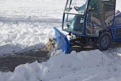 Snowplow azul que remove a neve Foto de Stock Royalty Free