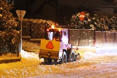 Snowplow czyści śnieg w wieczór mieście Walczyć zima element w zimnym sezonie Machinalny czyścić ulicy od zdjęcia royalty free
