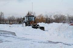 Snowplow czyści od drogowego śniegu w zwycięstwo parku w Moskwa Obraz Royalty Free