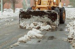 Snowplow que remove a neve da estrada de cidade fotos de stock royalty free