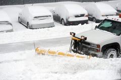 Snowplow que remove a neve na rua Fotografia de Stock Royalty Free
