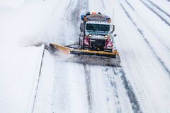 Snowplow usuwa śnieg od autostrady podczas śnieżycy Fotografia Royalty Free