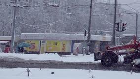 Snowplows στις οδούς Kharkov, Ουκρανία Το Δεκέμβριο του 2015 απόθεμα βίντεο