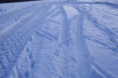 Snowscape με τα σημάδια ολισθήσεων στο χιόνι Στοκ Φωτογραφία