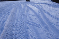 Snowscape με τα σημάδια ολισθήσεων στο χιόνι Στοκ Εικόνες