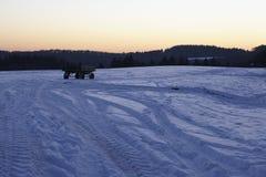 Snowscape avec des marques de dérapage dans la neige Photographie stock libre de droits