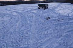Snowscape con las marcas de resbalón en la nieve Foto de archivo libre de regalías