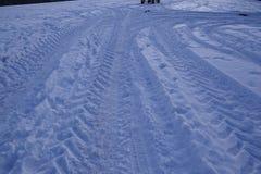 Snowscape med sladdningfläckar in i snön Arkivfoton