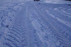 Snowscape med sladdningfläckar in i snön Arkivbild