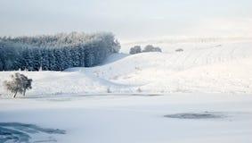 Snowscape sobre el lago escocés Foto de archivo libre de regalías