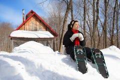 Snowshoe, der im Winter wandert Lizenzfreie Stockfotos