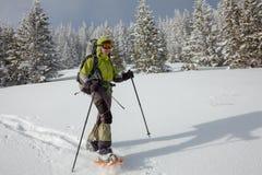 snowshoeing在冬天喀尔巴阡山脉的妇女 免版税库存照片