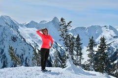 snowshoeing在山的中年妇女在温哥华附近 库存图片