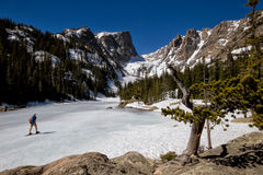 Snowshoeing auf einem gefrorenen See stockbild