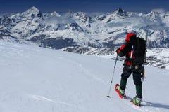 Snowshoeing in de Alpen Stock Foto's
