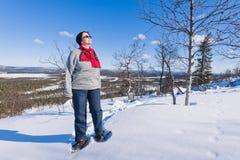 Snowshoeing Frau Lizenzfreie Stockfotos