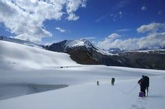Snowshoeing a maneira para fora Imagens de Stock Royalty Free
