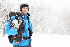 Snowshoeing Mann des Winters Stockbilder
