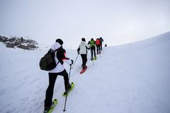 Snowshoeing na neve imagens de stock royalty free