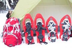 snowshoeing Snowshoes im Schnee Lizenzfreies Stockbild