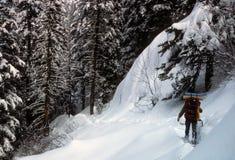Snowshoer dans la neige profonde, photographie stock libre de droits