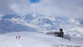 Snowshoers på den Krippenstein monteringen, Obertraun, Österrike stock video