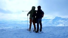 Snowshoers på det Krippenstein berget, Obertraun, Salzkammergut, Österrike stock video