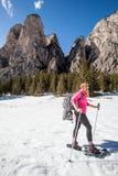 Snowshoes, активная женщина в снеге kiting зима спортов лыжи реки снежная Стоковая Фотография RF