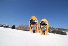 2 snowshoes в горах в зиме Стоковая Фотография RF