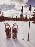 Snowshoes в снеге След зимы над снежными холмами и горами Стоковое Изображение RF