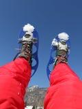 Snowshoes и красный костюм лыжи в горах Стоковые Изображения RF