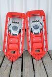 Snowshoes rossi per camminare sulla neve Fotografia Stock